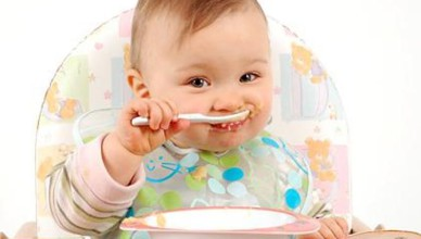 1380915796_baby_eats_with_a_spoon