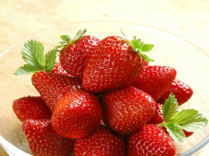 strawberries 1024x768 wallpaper_wallpaperswa.com_36_enl