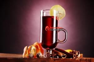 Mulled-wine-in-the-glass-spice-and-lemon