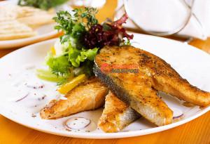 Salmon-steak-with-a-salad-mix,citrus-segments-and-yogurt-sauce