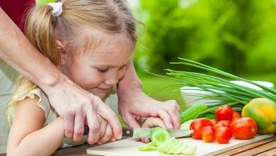 2118363_deti-dieta-jedlo-ovocie-zelenina-dievcatko-dcera-dcerka-noz-krajanie-krajat