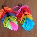 Плетем пёрышки на рогатке из резинок
