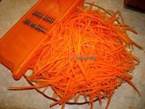 морковь-натираем-на-специальной-терке-для-моркови-по-корейски