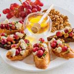 Закуска с козьим сыром и виноградом