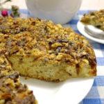 Яблочный пирог с мёдом, орехами и маком