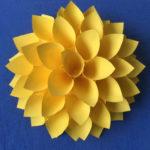 Большие цветы из бумаги. Оригами.